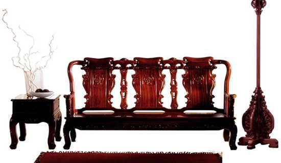 商却开始尝试在将欧式皇家尊贵与东方古典精致的设计元素相融合进行产品设计,创造出一种时下很流行的中西合璧的新古典家具。近日,记者在王府井金宝街的萝雅兰芙生活馆看到,许多欧式古典家具在比例、造型、色泽上,都重新注入中国设计元素,以此迎合中国消费者的消费需求。  中西合璧元素1: 低调奢华 中式家具通常以低调的人文处世哲学为设计精神,而新中式家具在此原则下用现代的实木打造简化了的古典家居风貌,摒弃了过于复杂的机理和装饰。