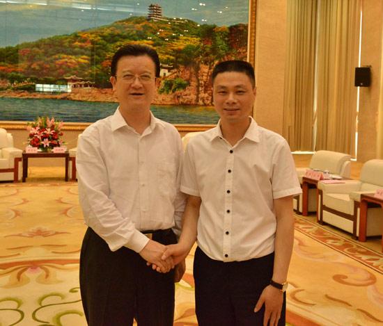 马鞍山市委书记张晓麟与方超合影,祝汽车文化产业园签约成功